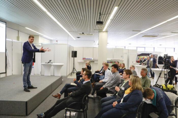 Heiko Zieroth als Speaker vor Publikum auf einer Businessmesse 2019